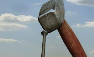 enfoncer un clou, comment enfoncer un clou, ne pas se taper sur les doigts avec un marteau, enfoncer un clou e cours sur, planter une pointe avec un marteau